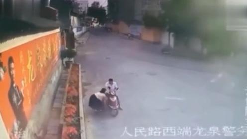 小姐姐在路口徘徊,5秒后过来一男子,随后举动太荒唐了!