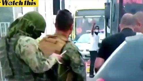 实拍持枪男子在巴西劫持载有18名乘客大巴 已被狙击手击毙
