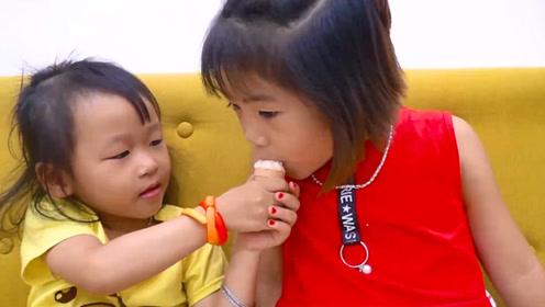 萌娃小可爱们零钱只够买一个冰淇淋,分享着一起吃,好温馨呀!