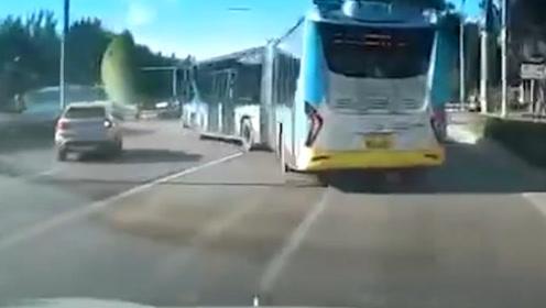 北京一公交车与宝马疯狂斗气别车 公交公司:因并线起纠纷