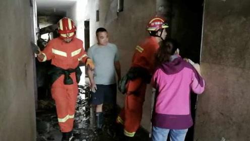 汶川暴雨泥石流,消防挨家挨户搜寻被困人员