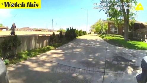 女子拿着军事步枪在路上晃悠 拉动枪栓后遭警察几枪击毙