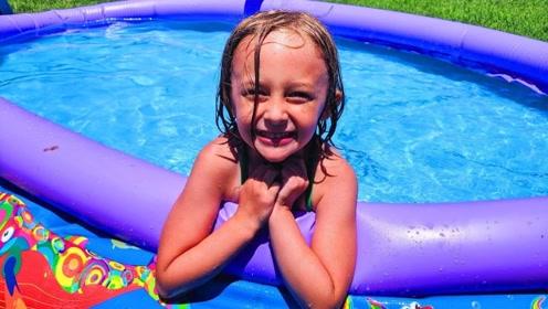 泳池脏了,两萌娃合力进行了清理,最后开心的在里面玩耍了!