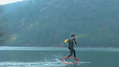 """男子号称会""""轻功"""",没人相信他,当他跳进水中后游客们不淡定了"""
