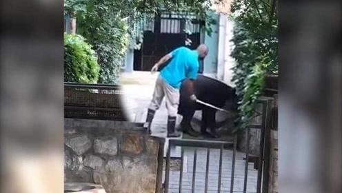 """网曝北京动物园饲养员""""抽打""""动物,引发网友争论"""