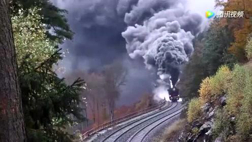 还以为是世界末日,原来是蒸汽火车喷的烟!