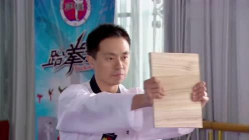 小伙练习跆拳道用头劈木板,结果一头下去,木板没事头却废了