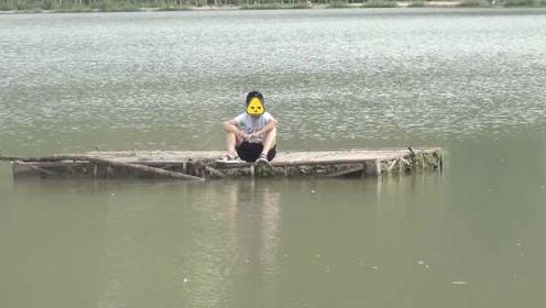 囧!熊孩子解开木筏漂出70米困河心,获救后气哭