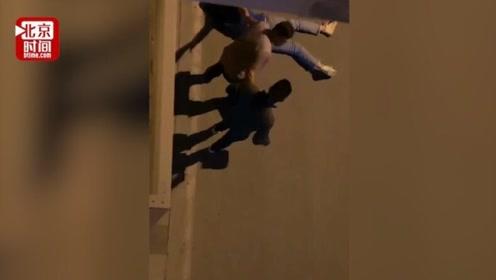 四川一女子深夜街头遭男子殴打 警方:两人系夫妻 正在调查