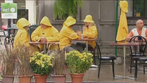 爆笑恶搞:大晴天穿雨衣恶作剧,路人表示是我脑子不好了吗?