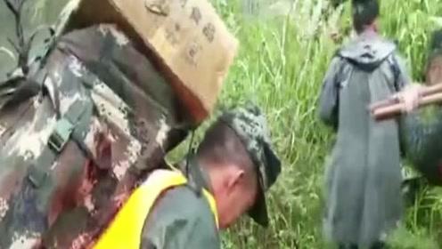 汶川暴雨引发泥石流:草坡乡成孤岛,武警负重20公斤爬天梯救援