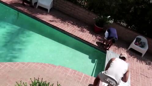国外小哥不想修泳池,作死拿胶带封上了,这一个倒身我笑懵了
