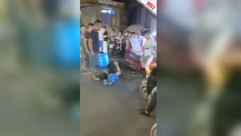缘起道路纠纷 广西南宁一外卖小哥当街被狠踹在地