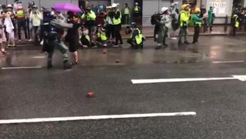 """女子""""砖头雨""""中举标语示威 香港警察一个箭步冲上去将其救下"""