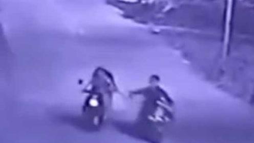 恐怖!女子凌晨遭尾随抢劫,监控拍下两次抢包过程
