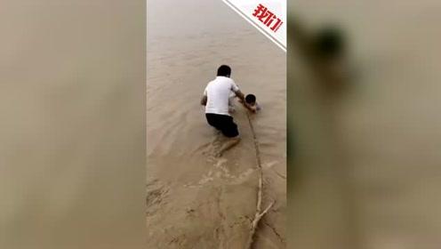 济南3小孩陷入黄河淤泥 实拍路人用一根树枝搭救三条命