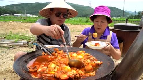 韩国农村野外大火锅,老两口胃口不错,吃得美滋滋