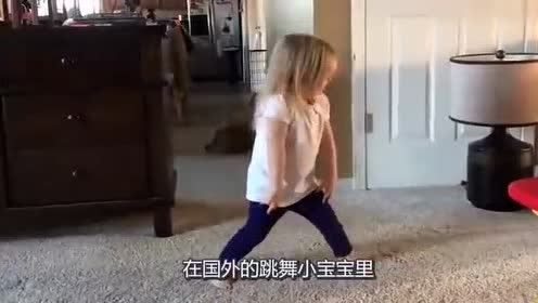 我们最喜欢的跳舞小女孩,这回不在家里跳了,在台上表演芭蕾舞.