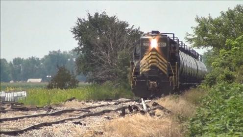 扭曲的像泡面的轨道,火车开上去像喝醉一样,人坐上去都要吐!