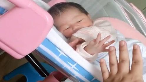 4天聪明小宝宝,学妈妈摆动作,简直太可爱了!
