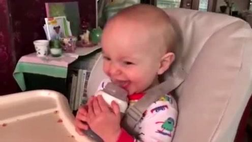 小宝宝刚吃完奶打了个嗝,爸爸就学他,把小娃笑的,嘴都合不拢了