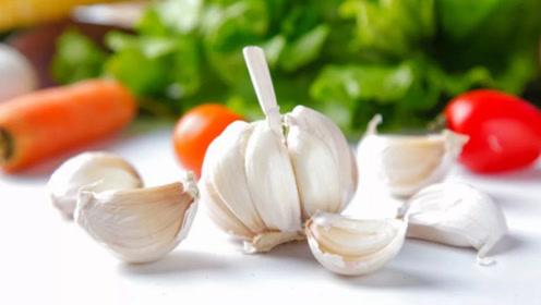 虽然常吃大蒜有不少好处,但是有以下三种症状的人最好不要碰