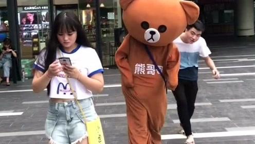 网红熊太不听话了,好好的传单不去发,就知道在外面搭讪妹子