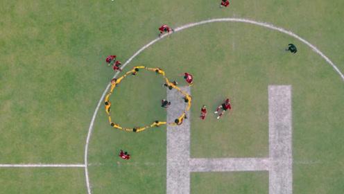 所有队员包围王多鱼,球队以攻为守,第一次见守门员能跑这么远的