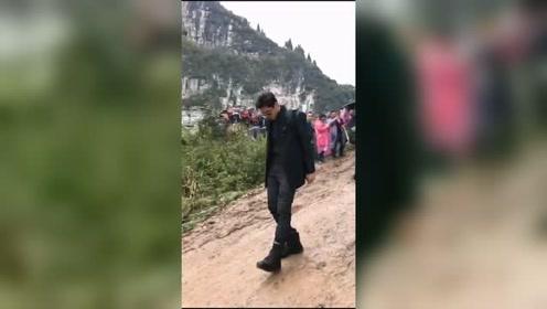 吴亦凡山区遭遇泥泞道路怕滑倒,小心翼翼迈动大脚丫超搞笑