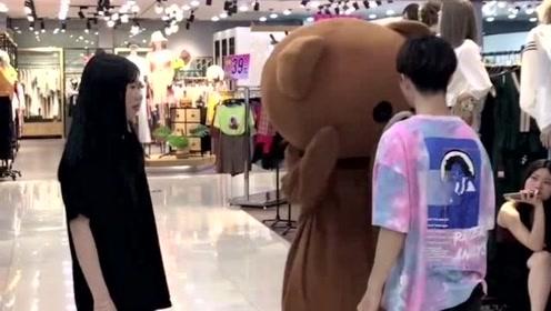 网红熊太霸道了,没事就在商场欺负小哥哥,皮一下你很开心吗