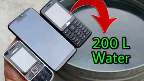 手机放水中会屏蔽信号吗?老外放水中实测,网友:这手机我服