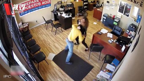 实拍女店员遇劫匪持刀抢劫 胸部中刀奋勇抵抗击退男子