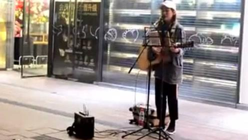 网红小姐姐街头吉他弹唱周杰伦的《晴天》,好听哭了!