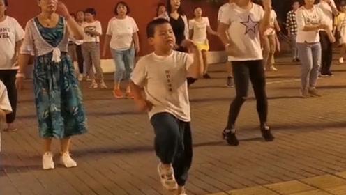 这一看就是奶奶带大的孩子,都能当领舞的了,你是广场上最靓的仔