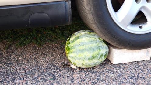用汽车碾压冰西瓜,你猜结果会怎样?睁大眼睛看仔细!