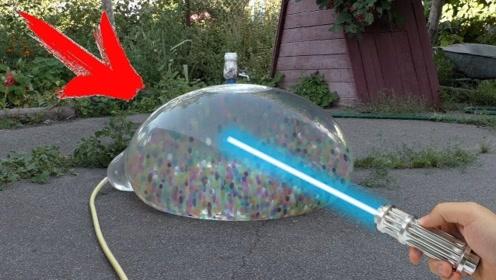 灌满水晶球的气球在激光灯的照射下,爆裂瞬间太美丽!
