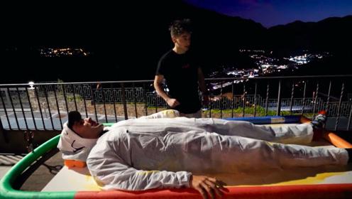 在强力胶里躺几小时会怎样?小伙为钱亲自挑战,只有后悔俩字