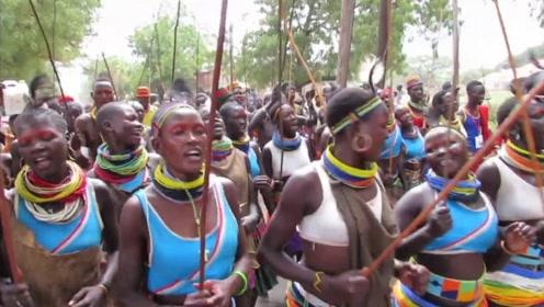 世界上超奇葩的部落,不穿裤子还以娶处女为耻