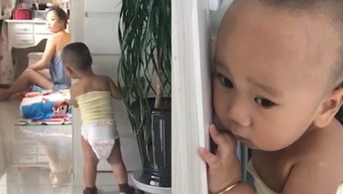 1岁宝宝犯错,怕被妈妈罚主动面壁,救场爸爸一句话暴露家庭地位