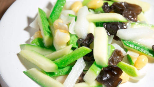 百搭的西葫芦,配上爽脆的黑木耳,可以多吃两碗饭,每次都不够吃