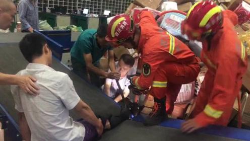 四川一快递员脚部卡在传送带上 消防队员10分钟成功救援