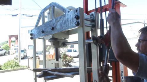 液压机损坏要怎样修好?老外带零件回家,修复60吨压力的液压机