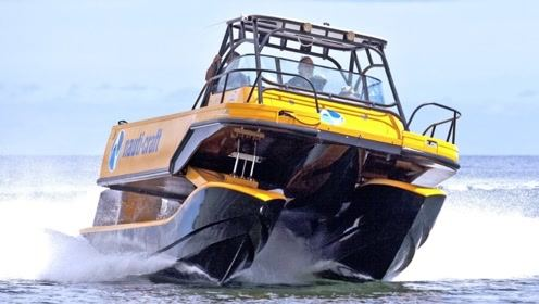 给快艇装上汽车悬挂会怎样?液压加悬浮,一个字稳!