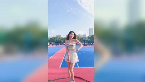 大二学姐在操场上跳舞,这么漂亮的小姐姐,你也喜欢上了吗?