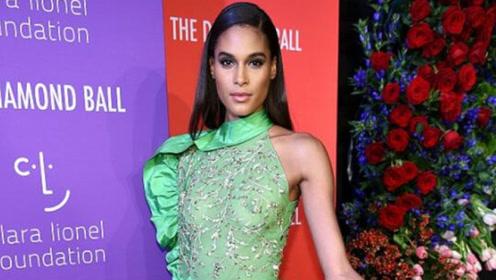 蕾哈娜穿娃娃裙气质高冷 小KK秀美背辛迪·布鲁纳似绿叶菜
