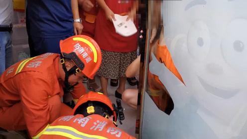"""""""熊孩子""""头卡玻璃门缝 奶声询问:消防员蜀黍怎么还没好吗?"""