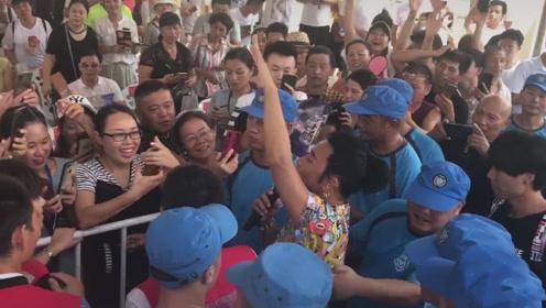 陈志朋唱小虎队的《爱》,穿靴子戴金耳环,下台互动保安贴身保护