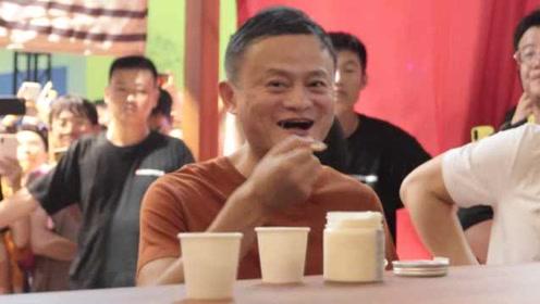 吃货马云嗨翻天:尝完茅台冰淇淋、火锅棒棒糖,还打包肉夹馍