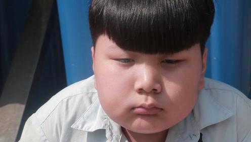 小胖忘带蓝底证件照,班长帮他拍了一张,他却仍苦着脸,咋回事