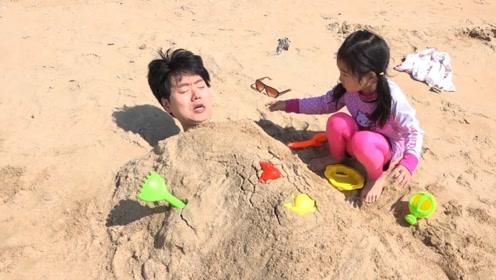 小萝莉在海边玩,结果被大鲨鱼追赶,危机时刻多亏爸爸赶来了